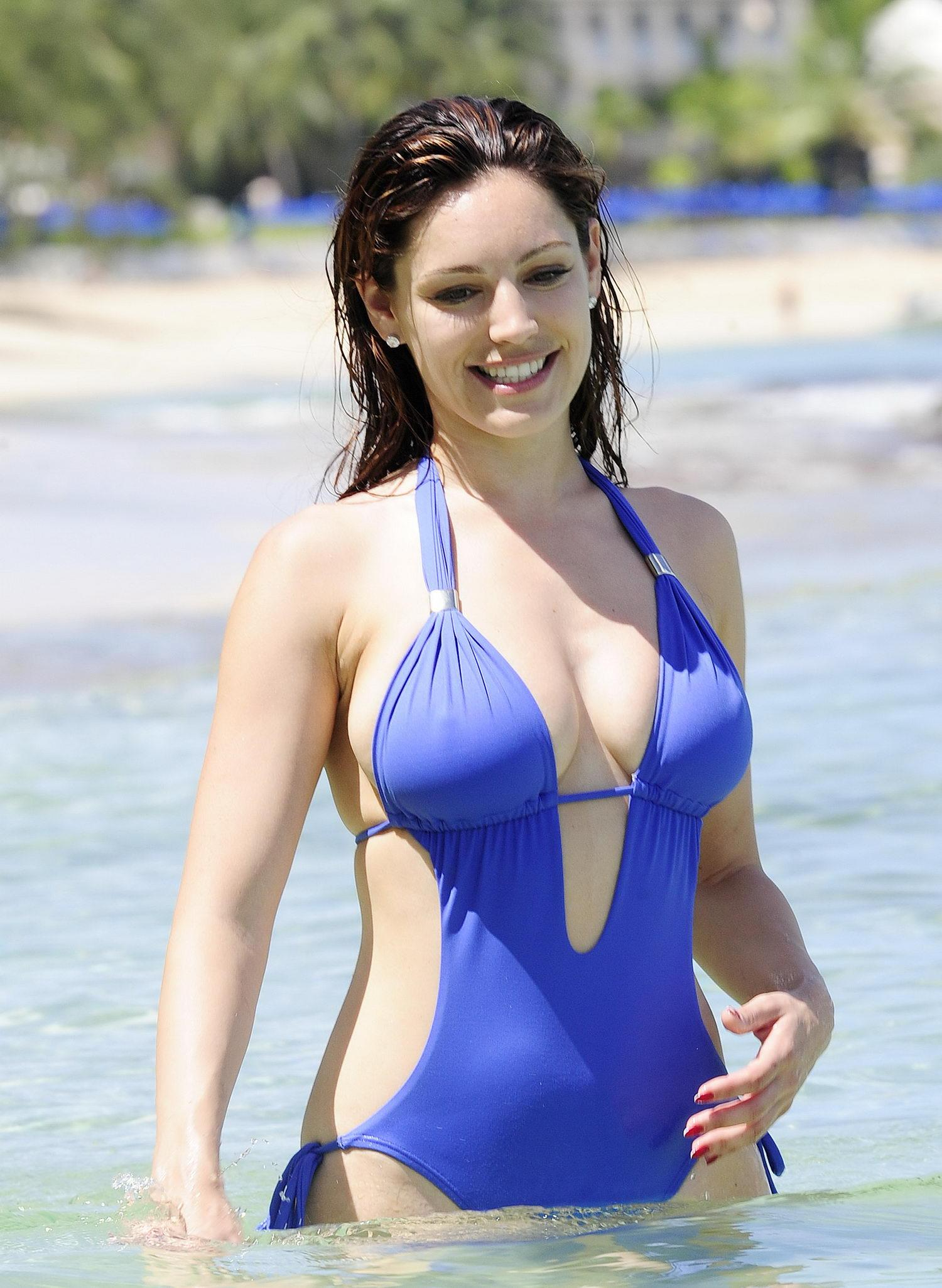 Kelly_Brook_On_The_Beach_In_Barbados-rfy-05