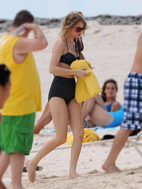 taylor_swift_bikini_bahamas-05